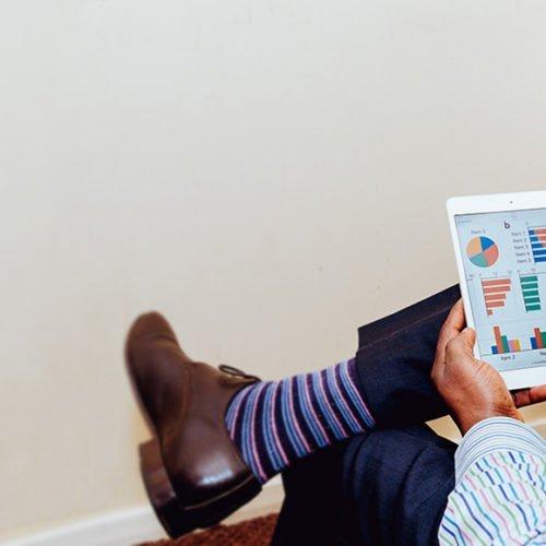 Man som ser över projekt i iPad