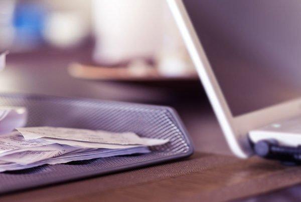 Kvitton i en hög bredvid laptop